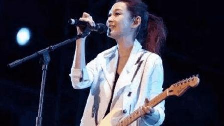 刘若英现场演唱《把我的悲伤留给自己》, 引得上万人大合唱