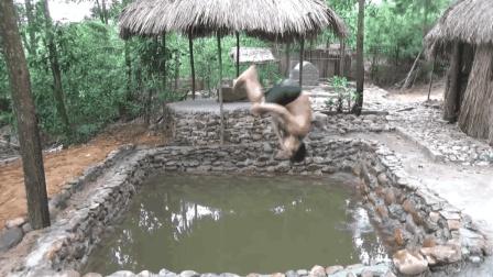 农村小伙徒手挖了个游泳池, 建成之后玩疯了, 真佩服他的勇气