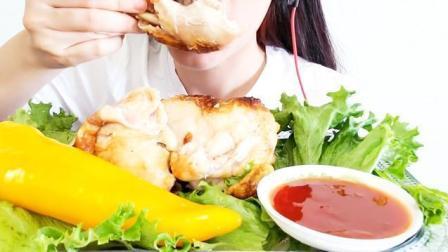 国外美女吃货, 吃烤鸡配上一根大辣椒, 发出咀嚼声吃得太香了!