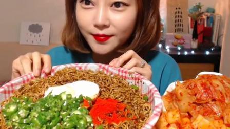 韩国妹子吃炸酱方便面, 还有一大盘泡菜