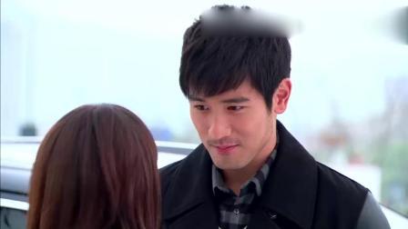 霸道总裁爱上美女大学生, 校门前吻了一下!