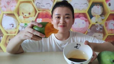 试吃凯特超大芒果, 美尔食用它蘸酱油吃, 你们吃过吗
