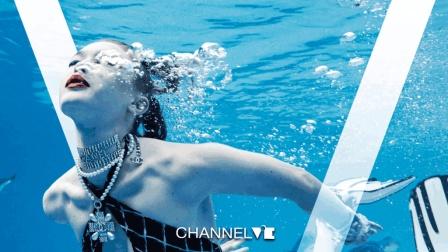 时尚掌中宝 | 超模Gigi激起夏日浪花