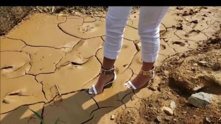 疯狂! 穿高跟鞋在泥坑里走路, 别把脚崴了