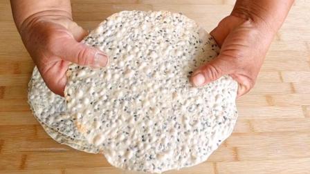 农村妈妈教你做芝麻薄脆饼, 做法简单一看就会, 又薄又脆很可口!
