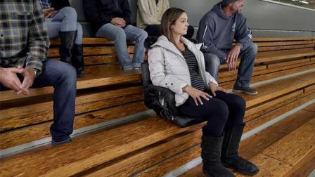 老外发明的便携椅子, 让观众席秒变软座位, 还能坐垫加热