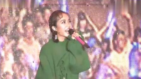 蔡依林五月天强强演唱 调侃阿信: 只顾看她的奶罩忘了唱歌!