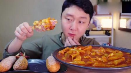 韩国大胃王小胖哥, 炸热狗蘸着芝士年糕汤, 烫的面红耳赤, 过瘾!