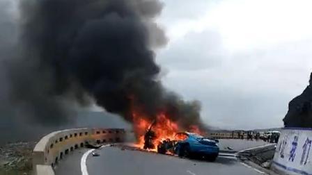 1死7伤! 保时捷和商务车相撞 百万豪车烧成铁壳