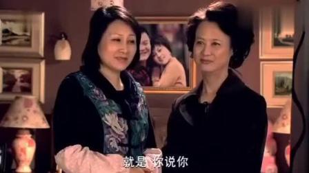 儿媳怀孕洗衣服, 婆婆和小姑子却在屋里聊天, 这时丈母娘来了