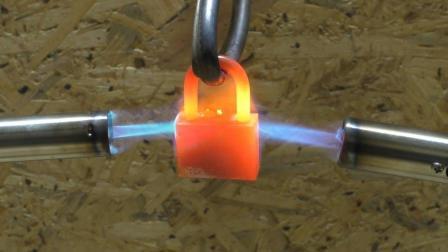 2个喷火器对着挂锁加热, 你猜发生了什么?