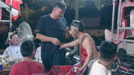 男子扮猪八戒卖爆米花月赚万元 寻会理财女做老婆