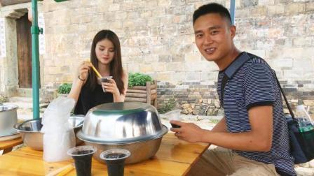 江西六毛: 农家小伙带着粉丝吃路边摊, 想起儿时的味道, 真甜!