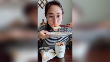 早餐-流黄鸡蛋超软吐司坚果酸奶
