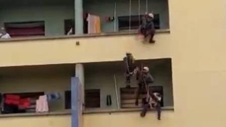 男?#21451;?#21488;边缘欲轻生 3消防员从天而降踹回