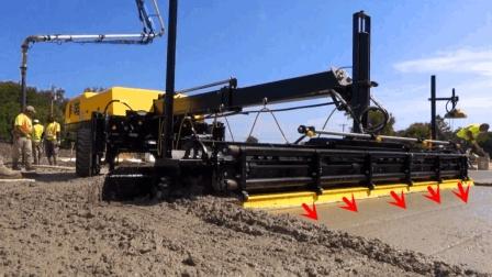 这种机器过一遍, 混凝土路面就做好了, 工人拿着遥控器操作就行