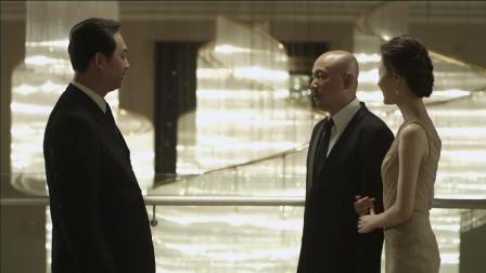 男子跟总裁女友去参加高端宴会, 丑态连连, 被当服务员