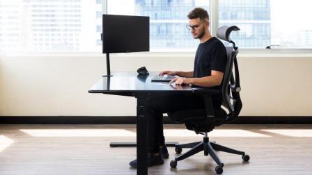 智能办公桌, 听歌通话点外卖, 网友: 它有什么不会的?