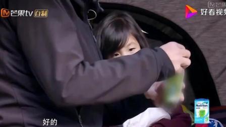 爸爸去哪儿: 陈小春用海苔哄小泡芙, 小泡芙终于笑了