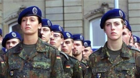 世界上男兵福利最好的国家, 和女兵同吃同睡, 感情深厚如亲兄妹