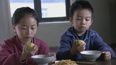 后爸看到孩子们净喝粥,怀疑起来:你们是不是又在外面偷吃啥了吧