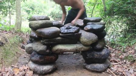 荒野生存 生存哥 展示原始技术烟熏肉