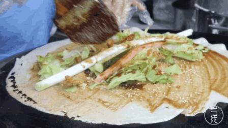 山东大姐做煎饼果子卷大葱, 1份要10元, 原因竟是秘制酱料
