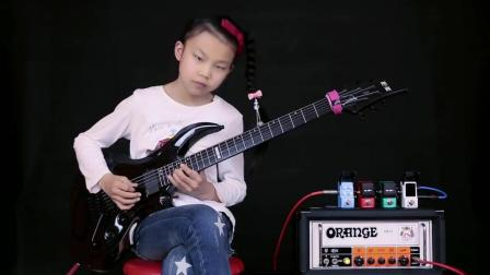 小女孩用粗狂硬朗的电吉他演奏柔情的歌曲, 琴枕