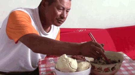 农村大黑放羊回来, 媳妇做一大盘辣椒炒豇豆, 配上白馒头, 味道超级棒