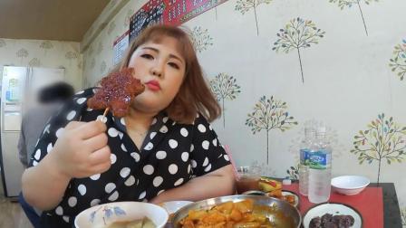 韩国吃货小胖妞, 吃芝士炒年糕, 烤肉排, 吃得太香了, 看着真过瘾