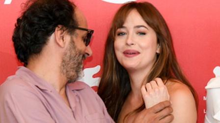 《五十度灰》女主被男导演捂胸超尴尬