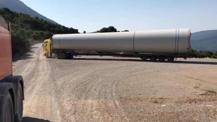 运输巨型风力涡轮机上山, 这种运输方法还是头一次见到