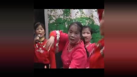 (翻身农奴把歌唱): 歌伴舞: 广场舞: 电子琴伴奏: (罗伯七十岁生日音乐会)