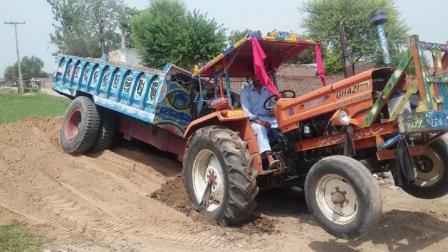 拖拉机陷的这么深, 老司机过来直接就脱起来了, 这拖拉机马力真大