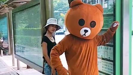 路边遇到一只蠢熊, 想做好事却弄巧成拙, 最后的造型我要笑喷了