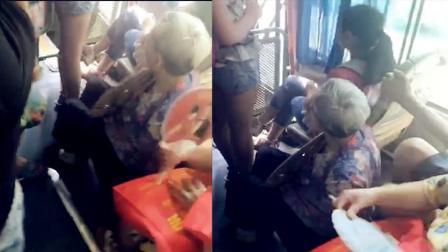 老太蹲坐在车厢地面上 身边乘客无人让座