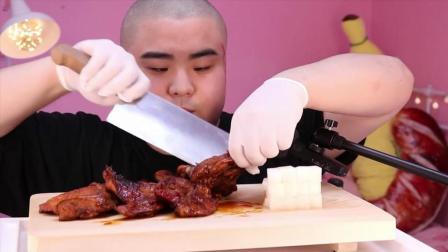 韩国吃货小胖哥, 吃烤鸡, 用手抓着吃, 发出咀嚼声, 吃得太享受了