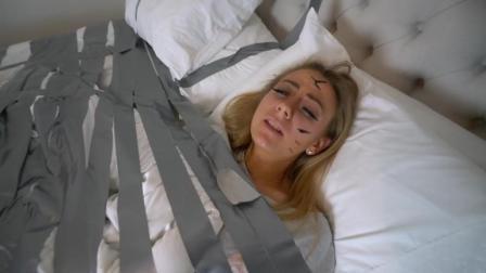 女朋友一觉醒来发现自己被绑了, 真的很无奈啊?