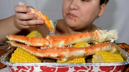 国外吃货大妈, 吃帝王蟹, 玉米, 配上一杯冰饮料, 吃得太过瘾了