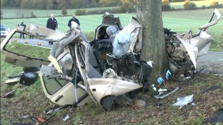 20岁小伙开车速度太快, 撞上大树, 车毁人亡, 车伤
