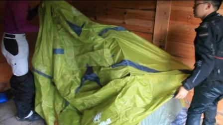 川藏上发现没有人的小木屋, 摩友们准备在这里借宿一晚
