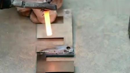 这个牛人只用了一节电池就能做出一个电焊机,