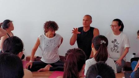 青岛瑜伽教练培训机构: 厚朴瑜伽9月本.杰明的老师Dasiree国际瑜伽大师工作坊现场直播