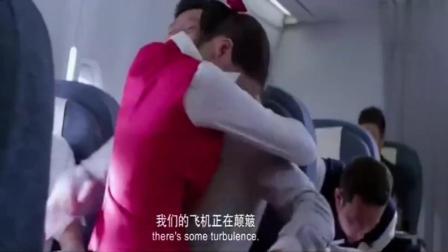 飞机颠簸, 空姐连站都站不稳, 谁料男子直接把空姐一把抱怀里