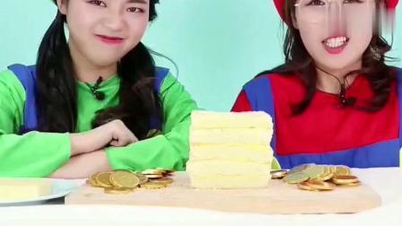 小伶玩具一起来给马里奥做金币箱子蛋糕吧! 夹心蛋糕太美味了!