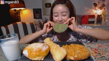 国外吃货小姐姐, 吃几种不同口味的面包, 配上一杯牛奶, 吃得真香