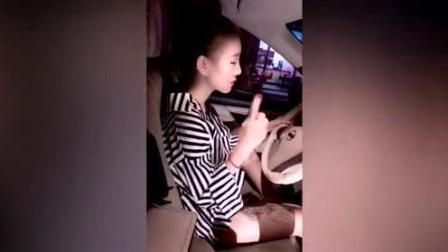 刚给女友换了台新车, 她跟闺蜜在车上就开始控制