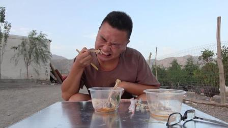 吃新疆椒麻鸡真的很麻吗? 看看小伙的表情就知道了