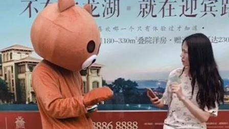 如果有熊给你发湿巾的话, 一定要接着, 说不定他是在保护你的钱包