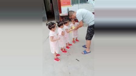 四胞胎宝宝一起刷牙, 接下来宝宝们的反应太可爱了!